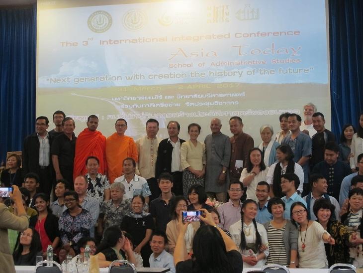Giáo sư Kurma, giáo viên và sinh viên đại học Major Thailand. Tháng 3 năm 2017